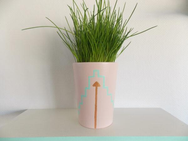 Bloempot roze met bronzen pijl
